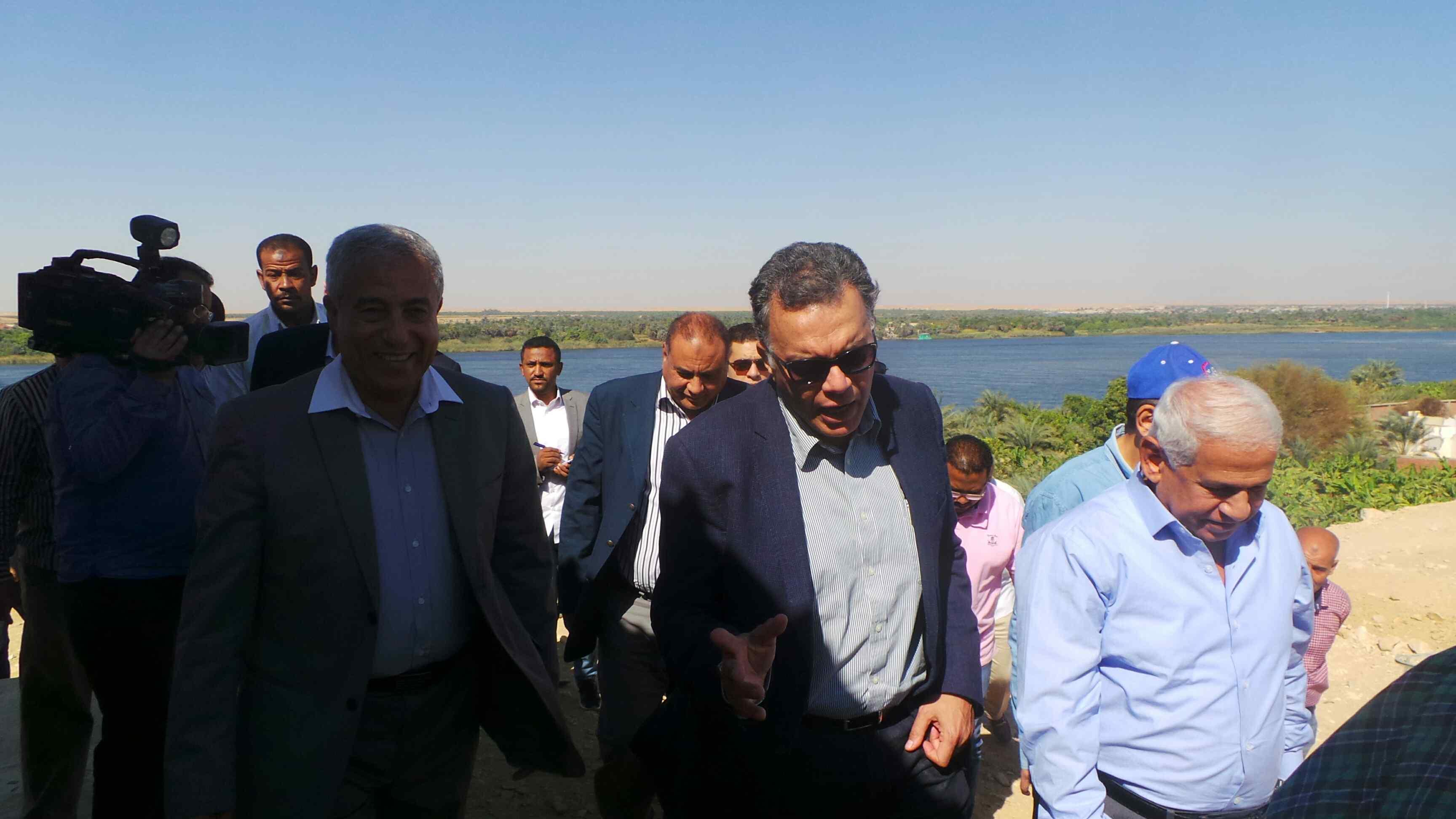 وزير النقل يتفقد مشروع كوبرى كلابشه فى أسوان (7)