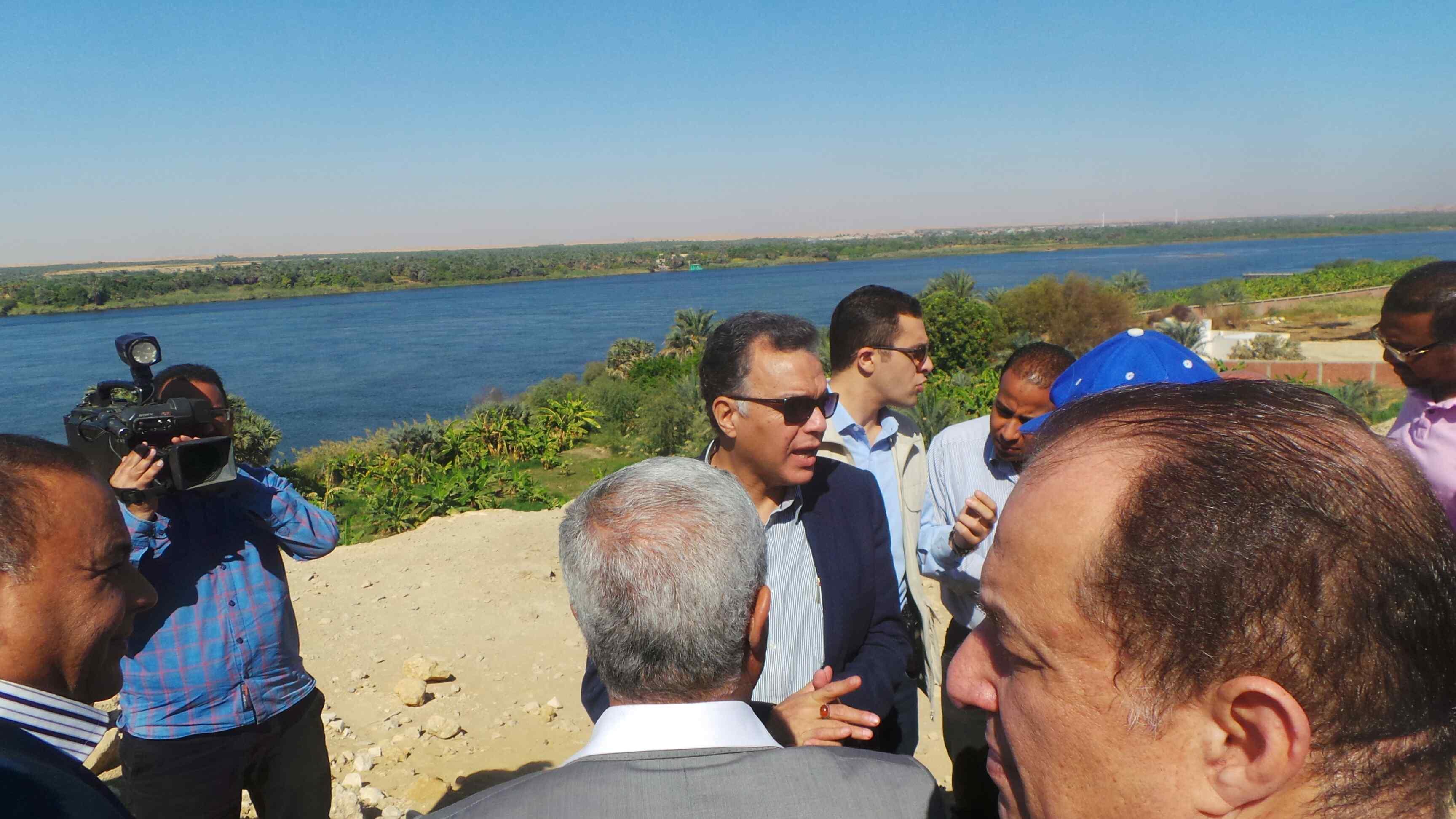 وزير النقل يتفقد مشروع كوبرى كلابشه فى أسوان (3)