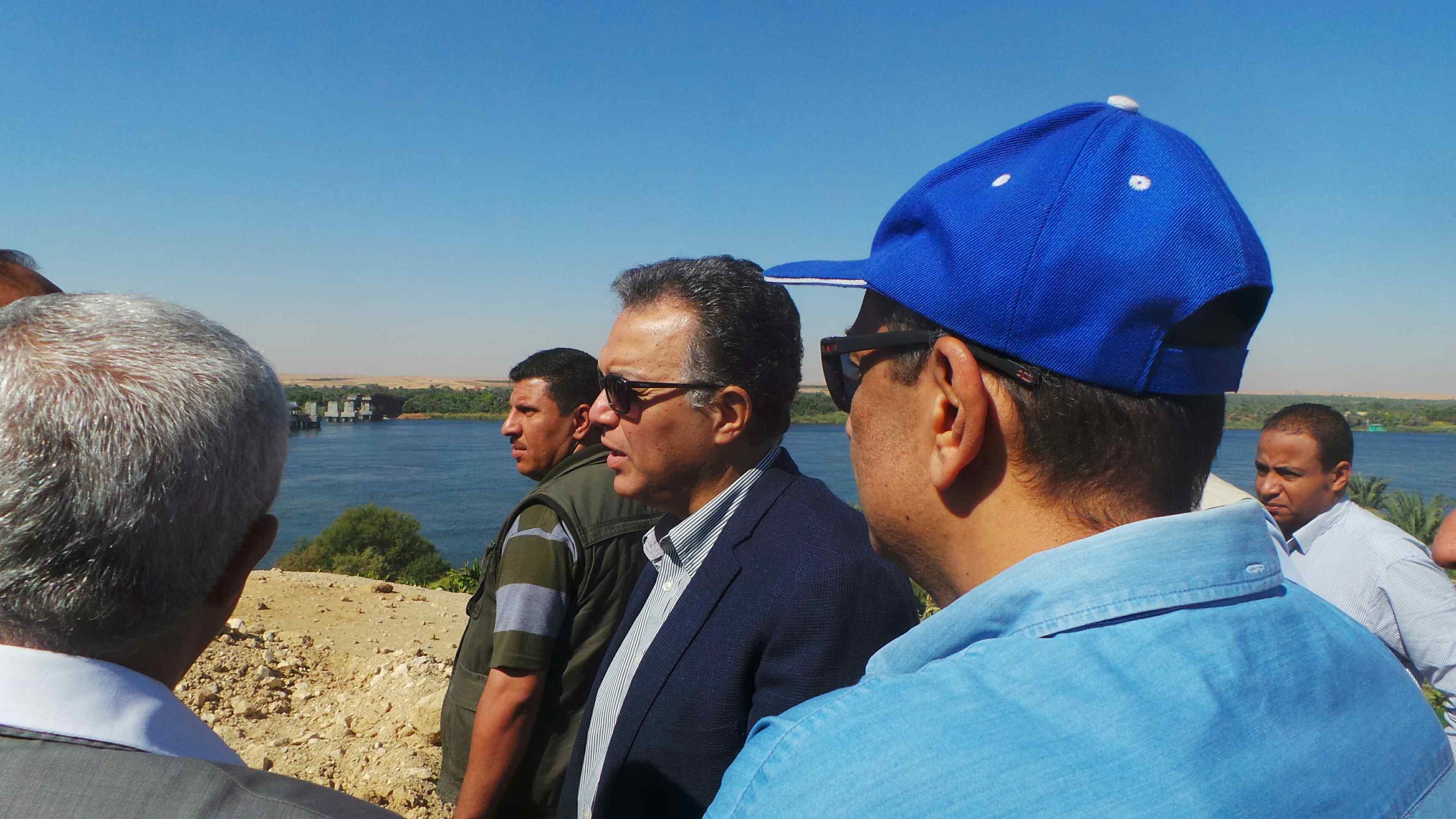 وزير النقل يتفقد مشروع كوبرى كلابشه فى أسوان (1)