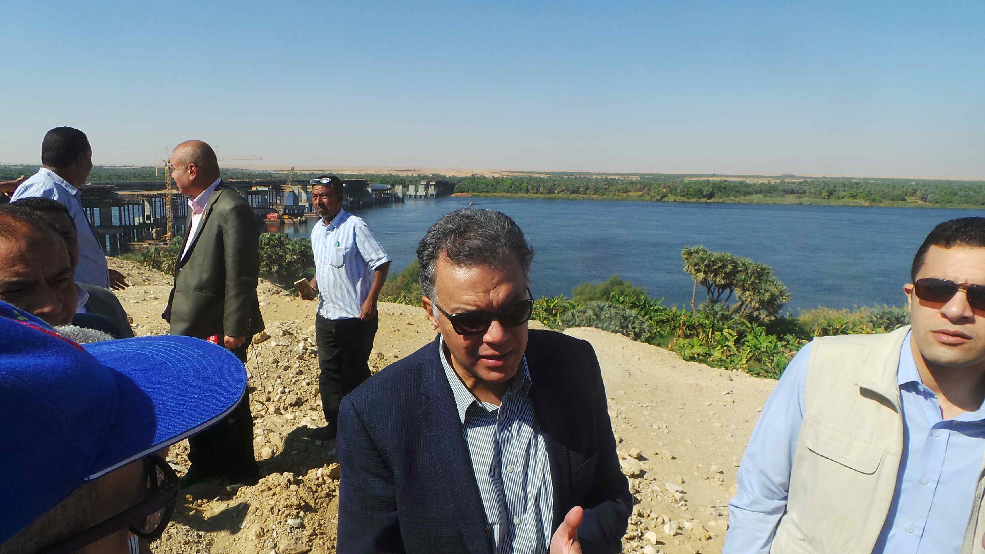 وزير النقل يتفقد مشروع كوبرى كلابشه فى أسوان (5)