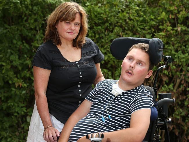 سام مع والدته بعد اصابته بالشلل
