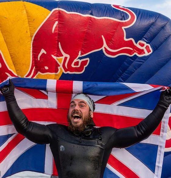 روس أول شخص يسبح حول سواحل بريطانيا