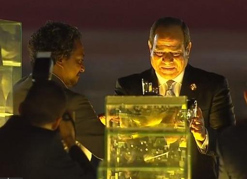 الرئيس يضع نموذج قلب مصر