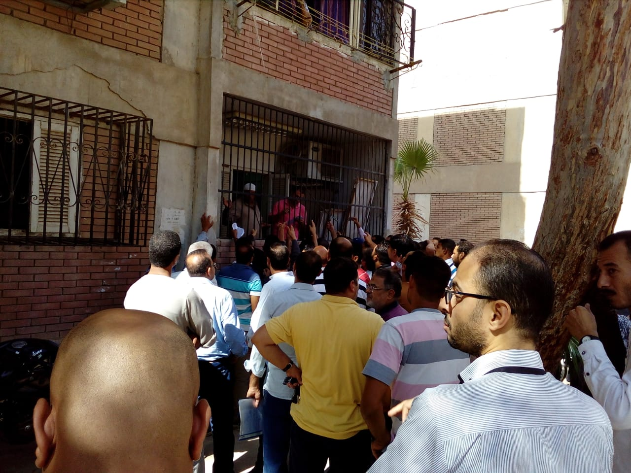 المواطنون أمام المكتب