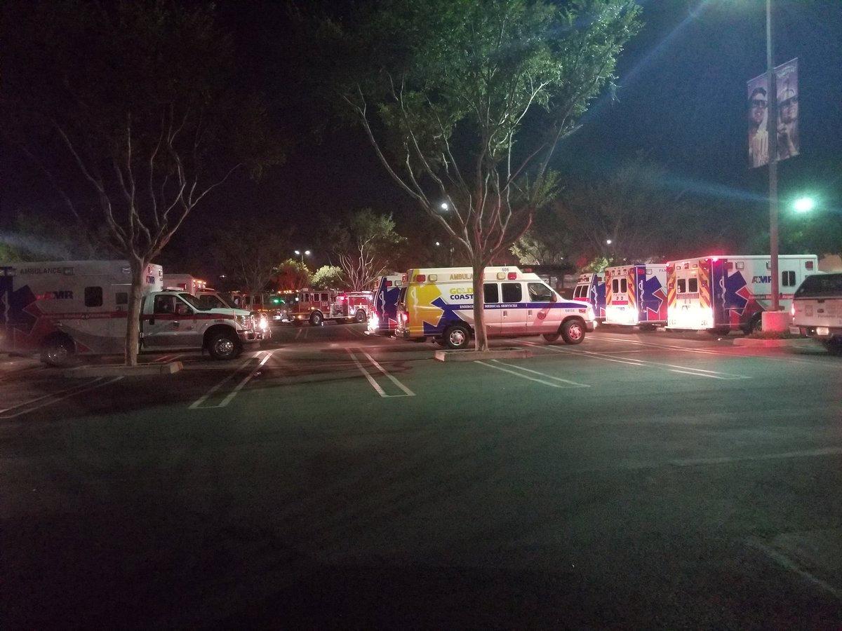 سيارات الإسعاف أمام الملهى الليلى بعد الحادث