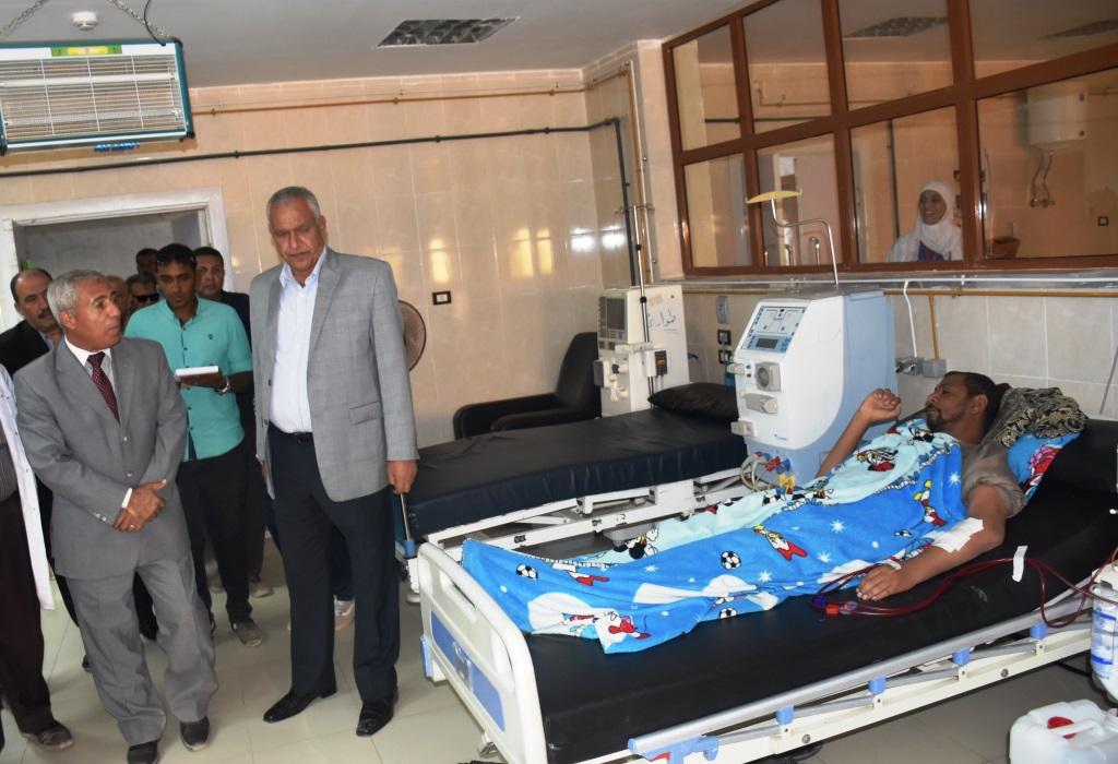 محافظ أسوان داخل المستشفى