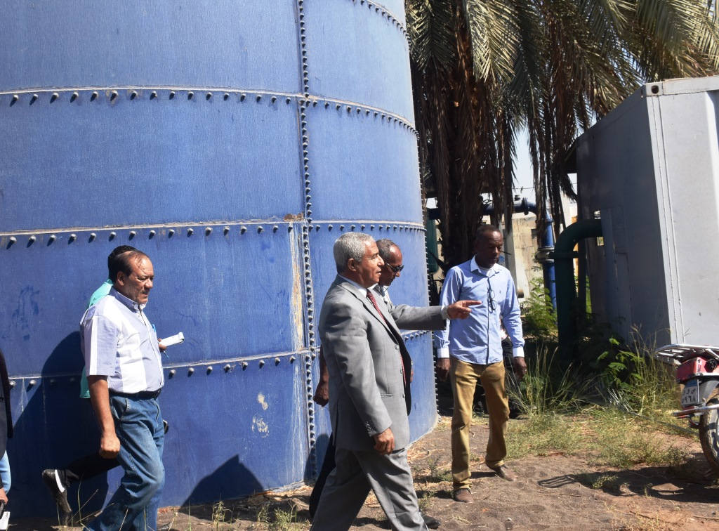 محافظ أسوان يتفقد محطة المياه