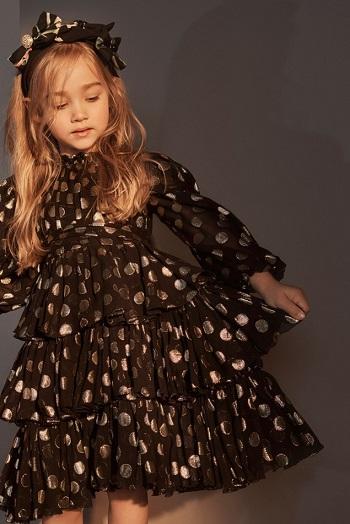 فستان يجعل الفتاة كأميرة صغيرة