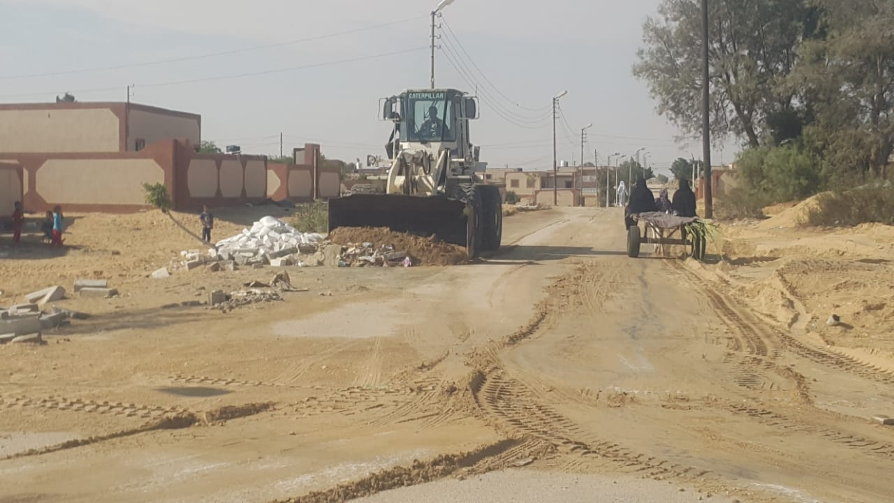 محافظ شمال سيناء يكلف مديرى الخدمات سرعة انهاء مشروعات قرية الروضة (6)