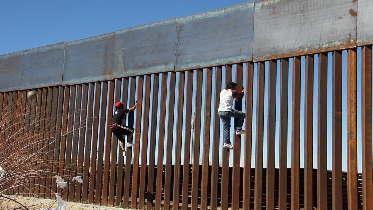 الجدار الحدودى بين أمريكا والمكسيك