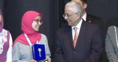 4- تكريم وزير التربية والتعليم لمريم