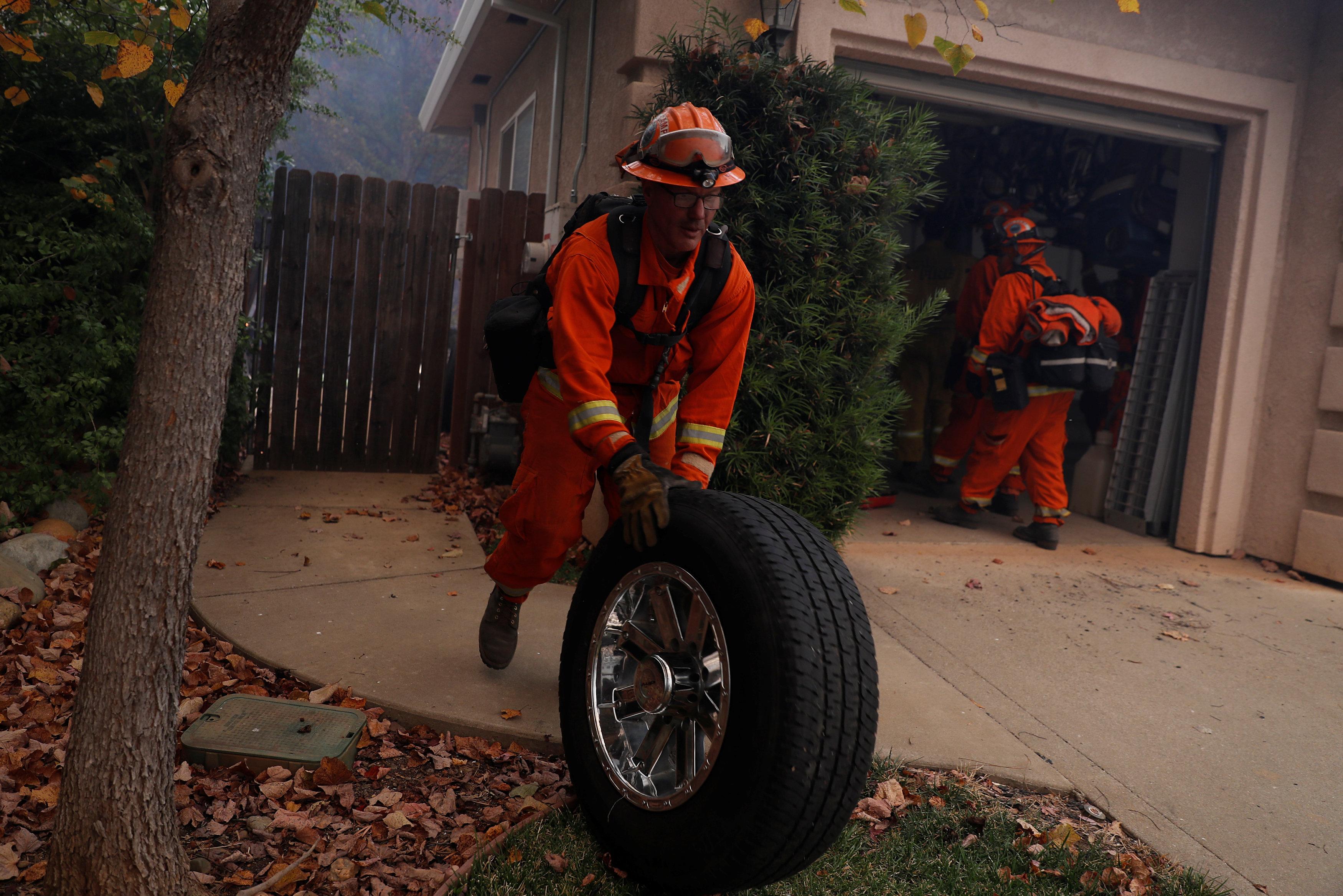 رجال الإطفاء تسعى لنقل محتويات منزل قبل ان تصله النيران