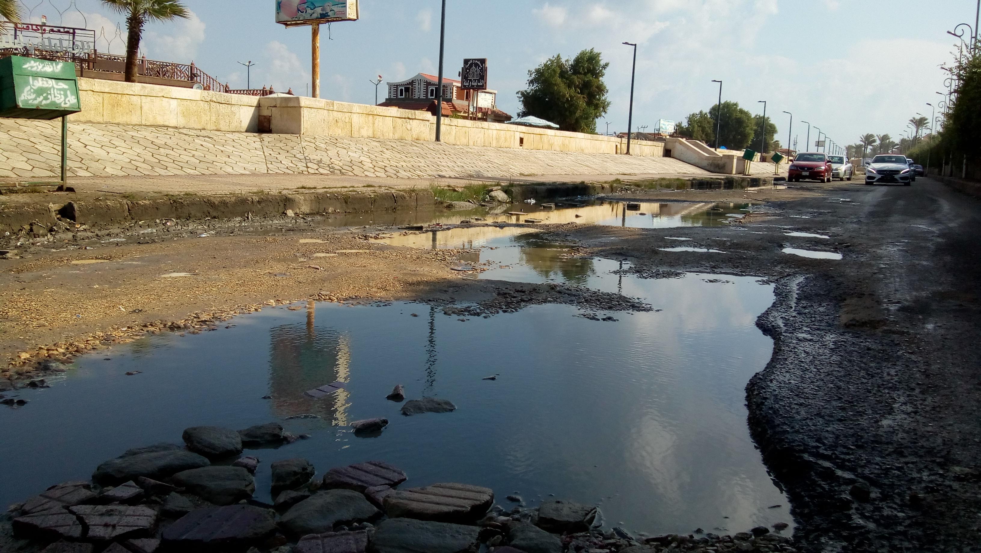 حفر مغمورة بمياه المجارى بنطاق حى الشرق ببورسعيد