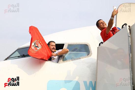قائد طائرة الجماهير إلى تونس يرفع علم الأهلى (1)
