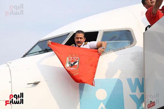 قائد طائرة الجماهير إلى تونس يرفع علم الأهلى (3)