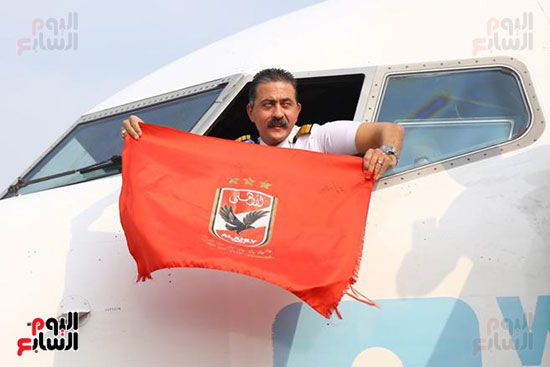 قائد طائرة الجماهير إلى تونس يرفع علم الأهلى (2)