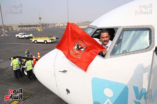 قائد طائرة الجماهير إلى تونس يرفع علم الأهلى (4)