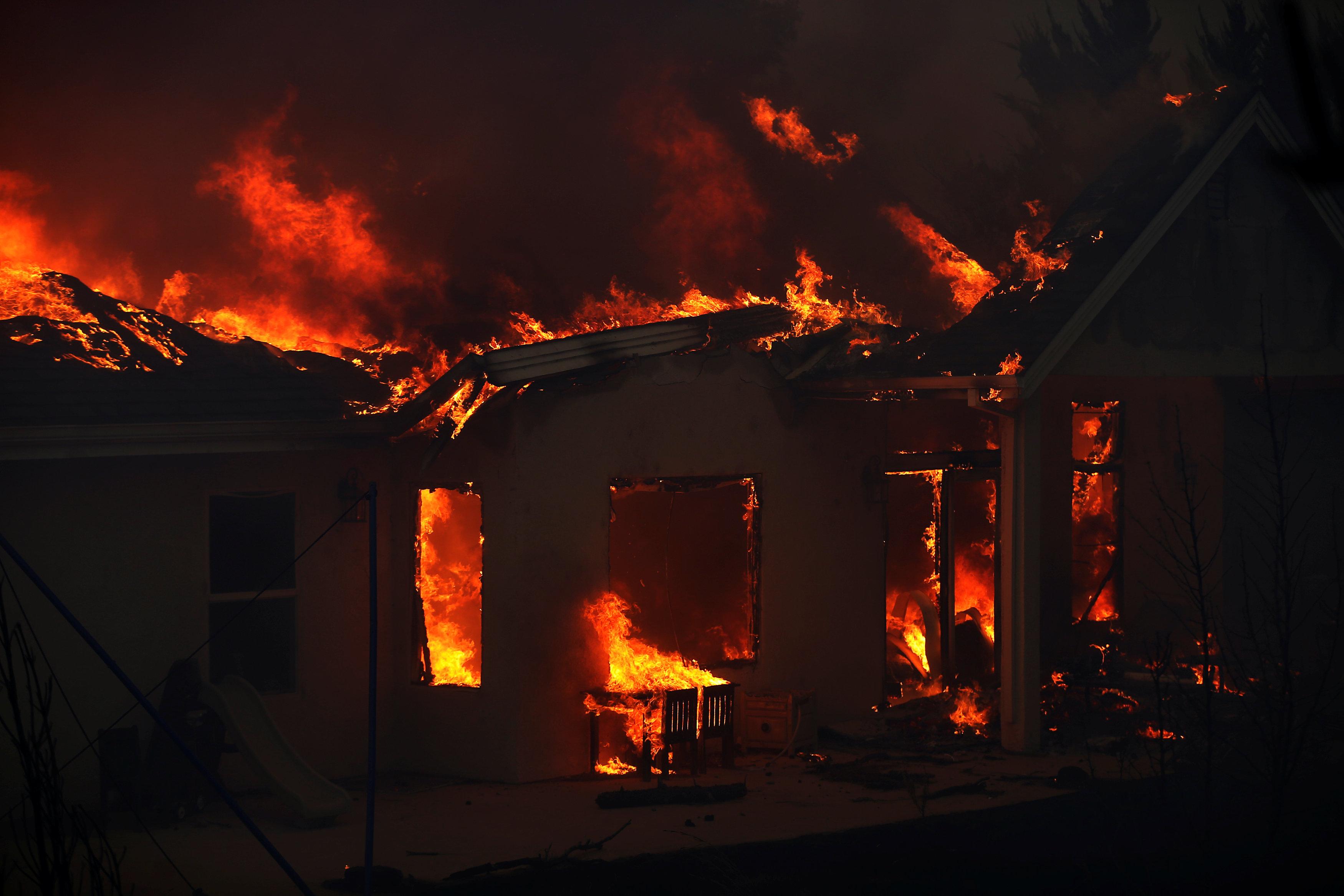 النيران تدمر منزل
