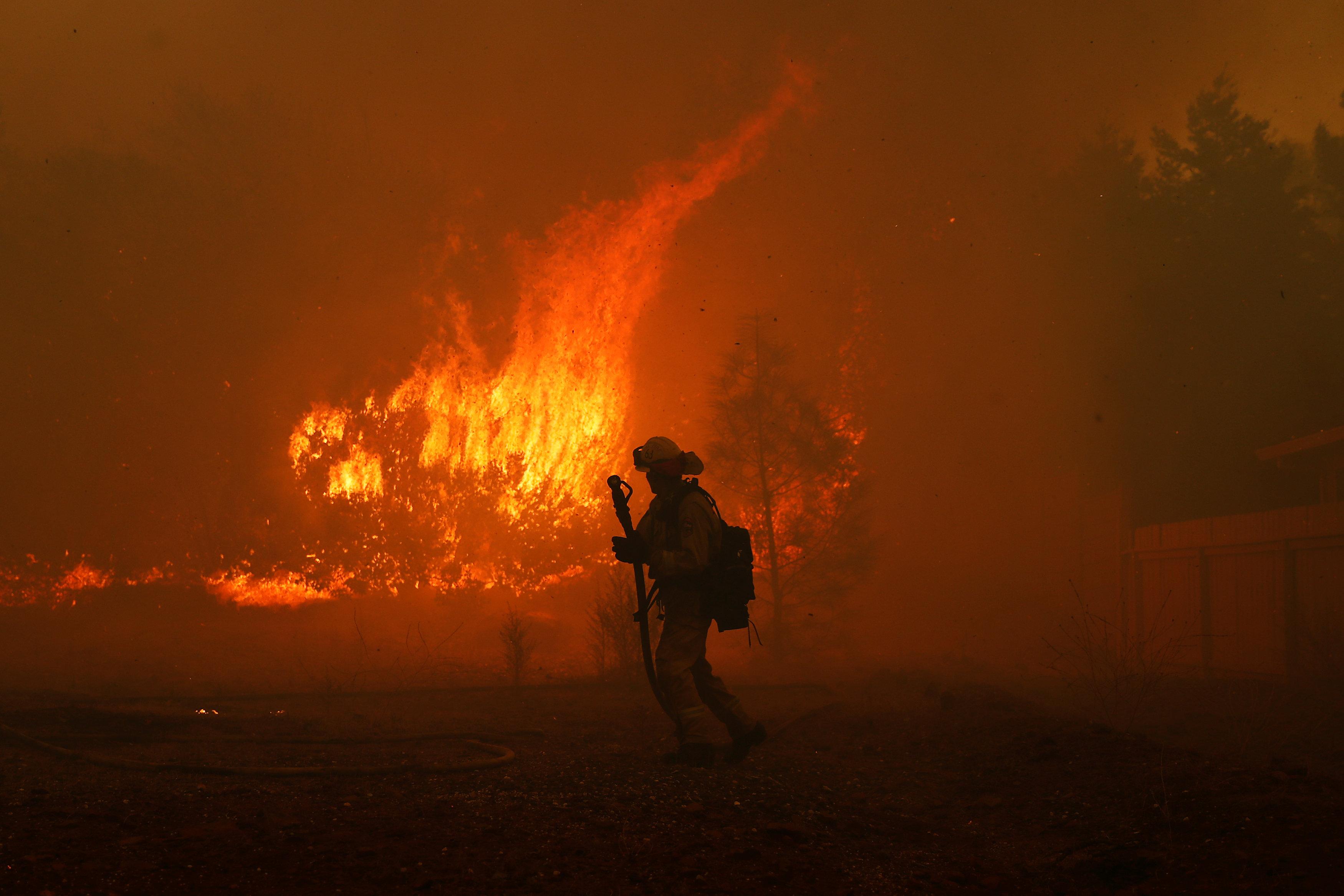 أحد رجال الإنقاذ يهرب من النيران الشديدة
