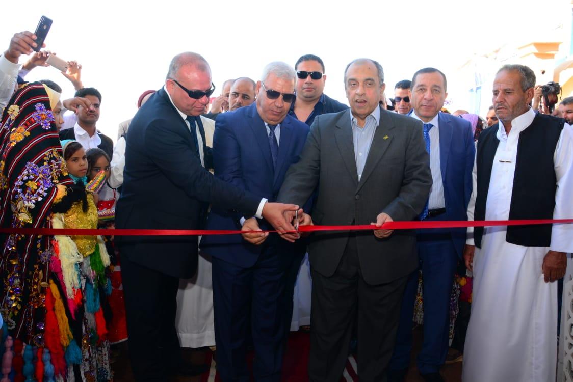 وزير الزراعة ومحافظ مطروح يفتتحان مصنع التمور بسيوة