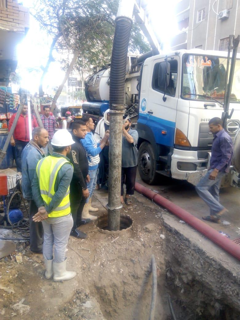 عمال شركة مياه الجيزة يطهرون بلاعات الصرف بامبابة (5)