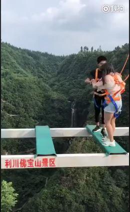 شاب وحبيبته يخوضان مغامرة أعلى جسر
