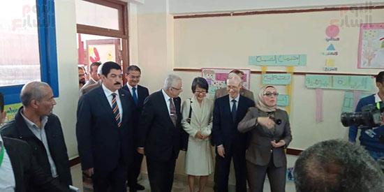وزيرا الاستثمار والتعليم  فى جولة بالمدرسة اليابانية بالعبور (4)