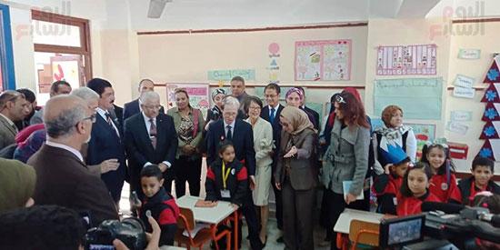 وزيرا الاستثمار والتعليم  فى جولة بالمدرسة اليابانية بالعبور (3)