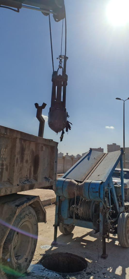 عمال شركة مياه الجيزة يطهرون بلاعات الصرف بامبابة (3)