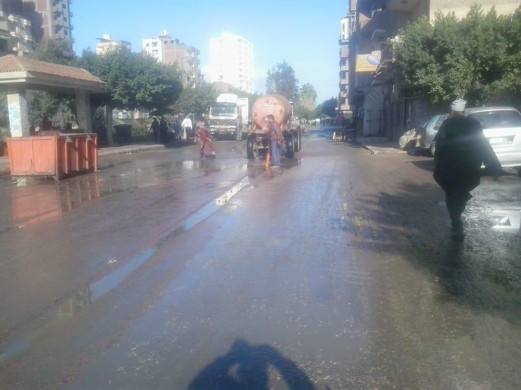2- جانب من العمل لرفع مياه الامطار