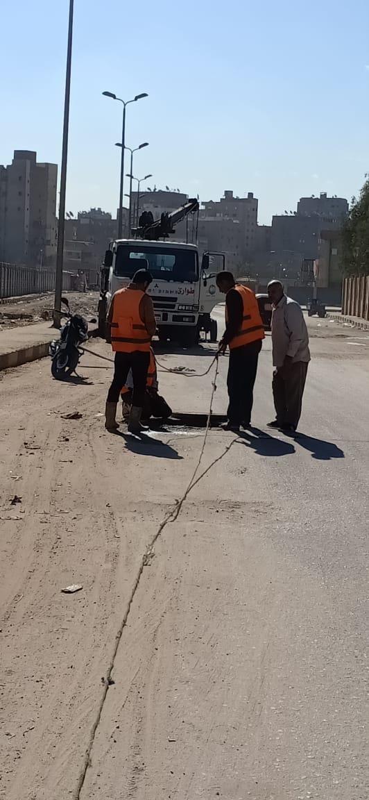 عمال شركة مياه الجيزة يطهرون بلاعات الصرف بامبابة (4)