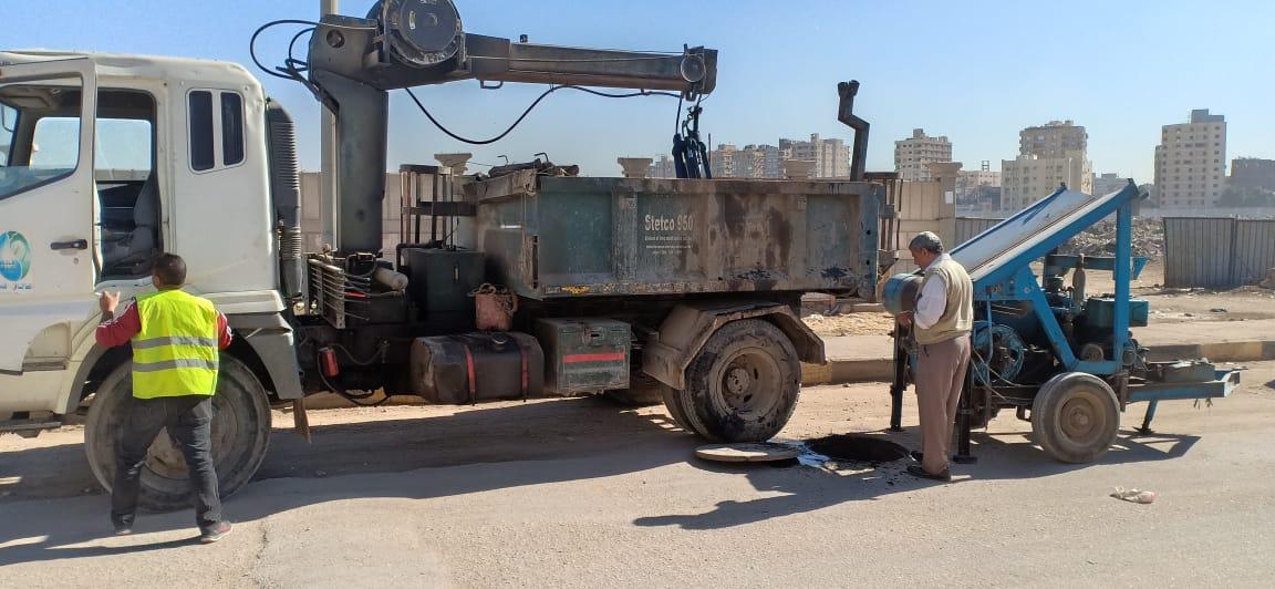 عمال شركة مياه الجيزة يطهرون بلاعات الصرف بامبابة (2)