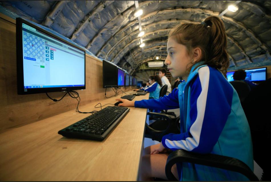 طالبة تستخدم الكمبيوتر داخل الطائرة