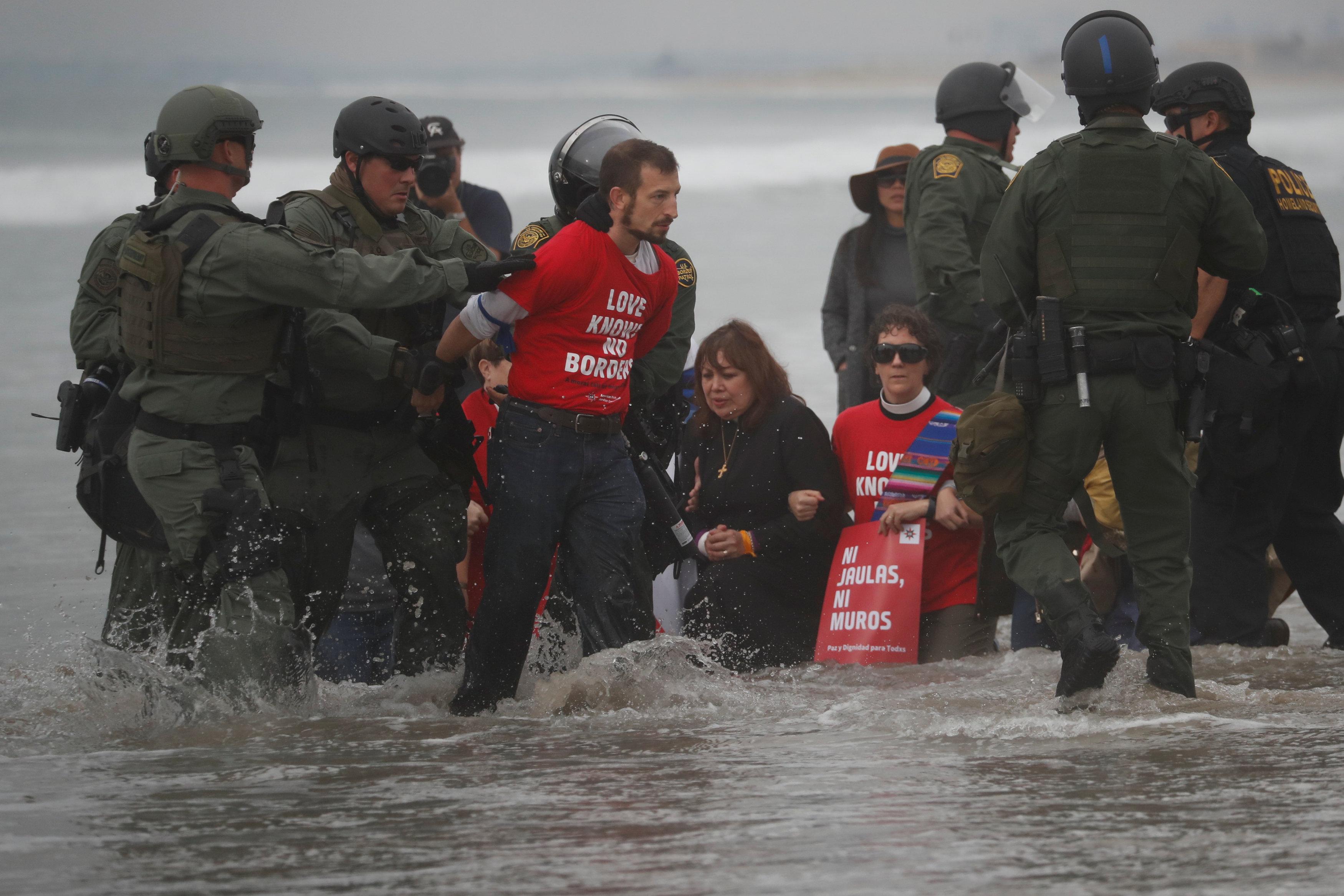 اعتقال مهاجرين على الجانب الأمريكى من الحدود مع المكسيك  (11)