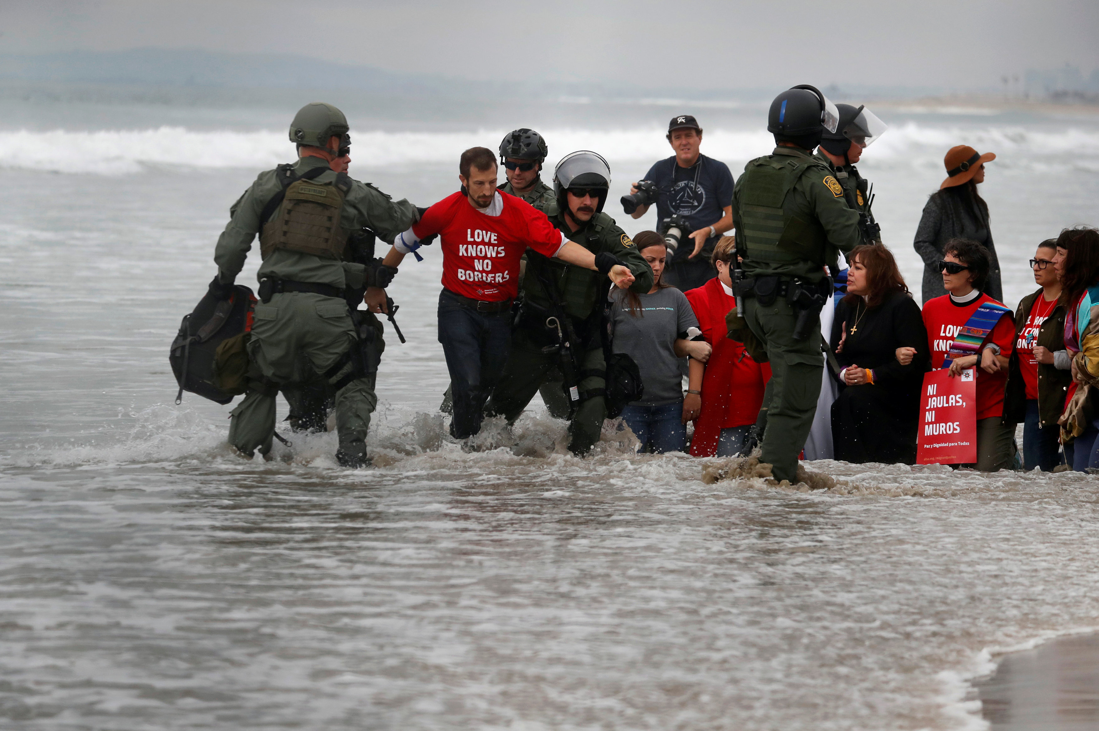 اعتقال مهاجرين على الجانب الأمريكى من الحدود مع المكسيك  (2)