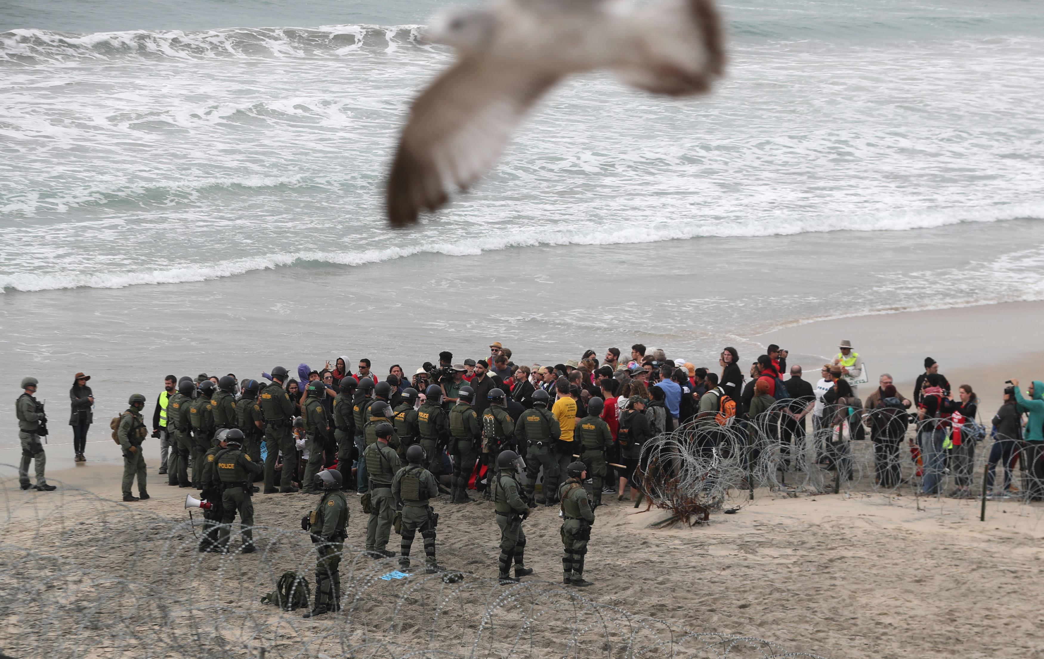 اعتقال مهاجرين على الجانب الأمريكى من الحدود مع المكسيك  (6)