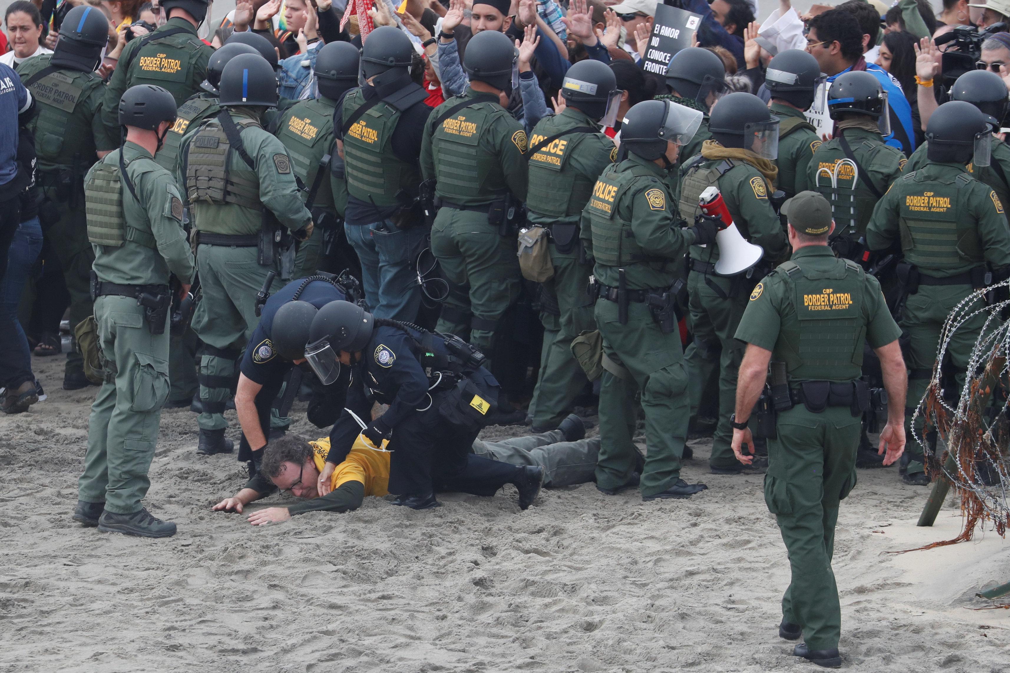 اعتقال مهاجرين على الجانب الأمريكى من الحدود مع المكسيك  (7)