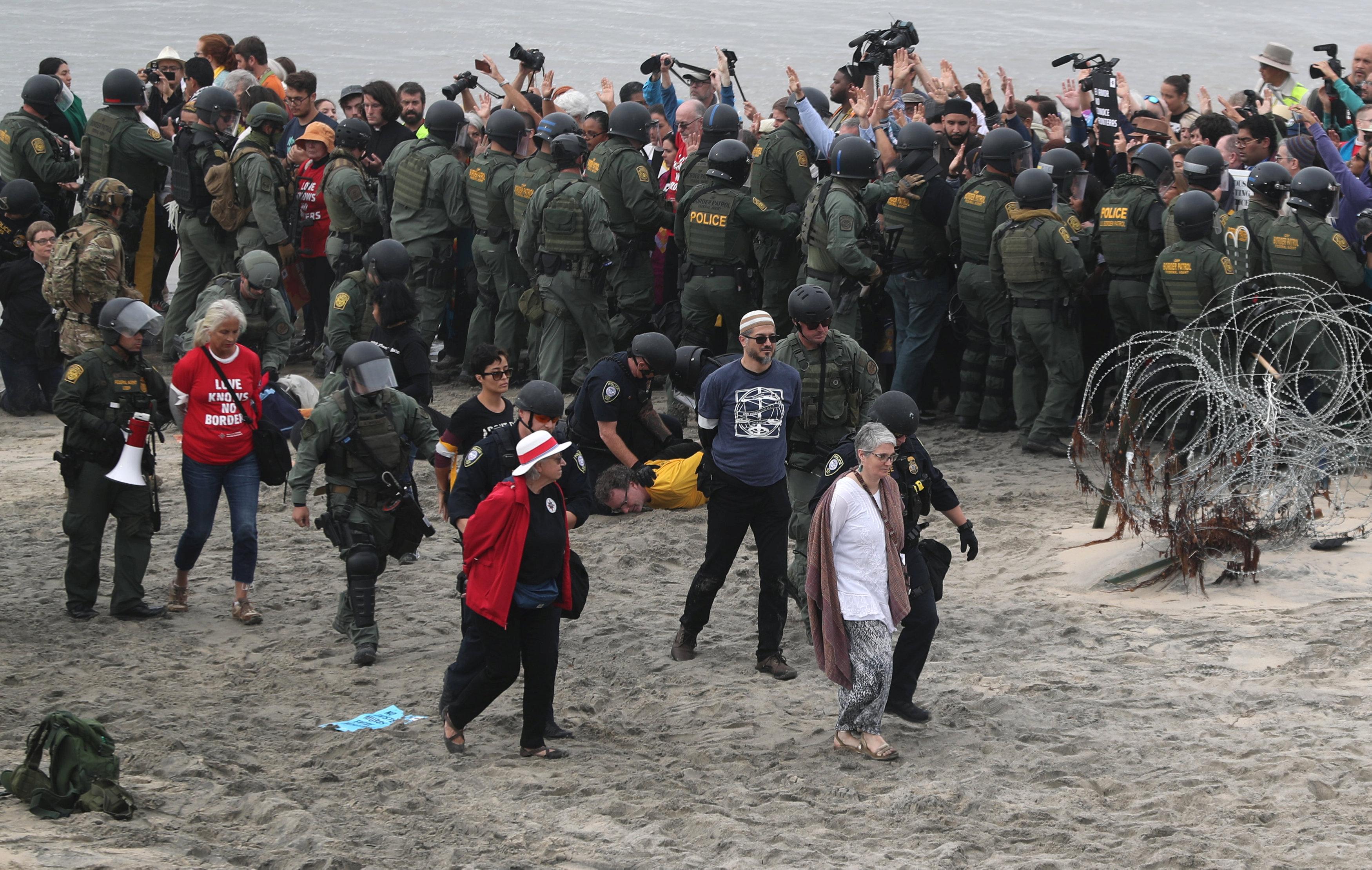 اعتقال مهاجرين على الجانب الأمريكى من الحدود مع المكسيك  (13)