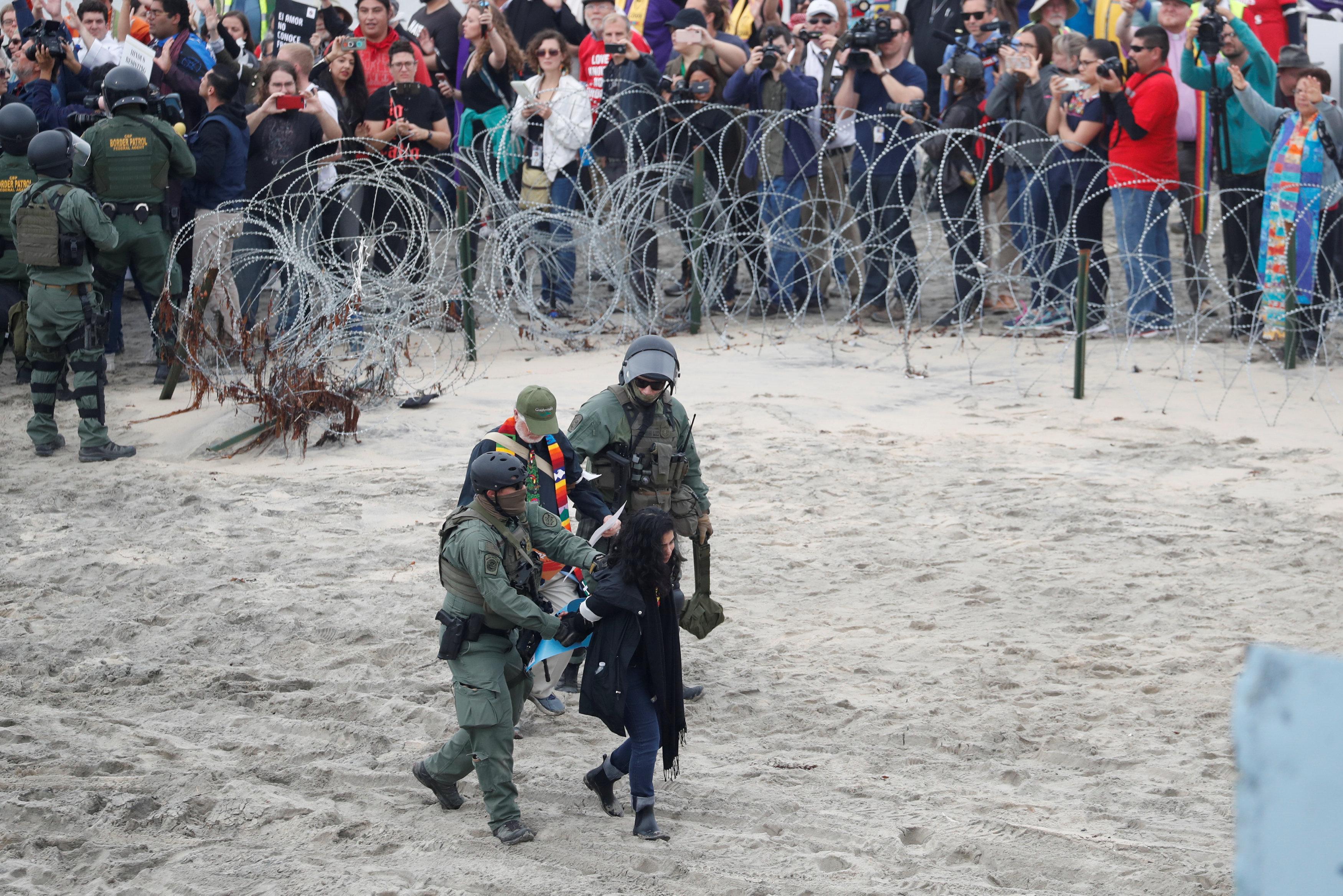 اعتقال مهاجرين على الجانب الأمريكى من الحدود مع المكسيك  (5)