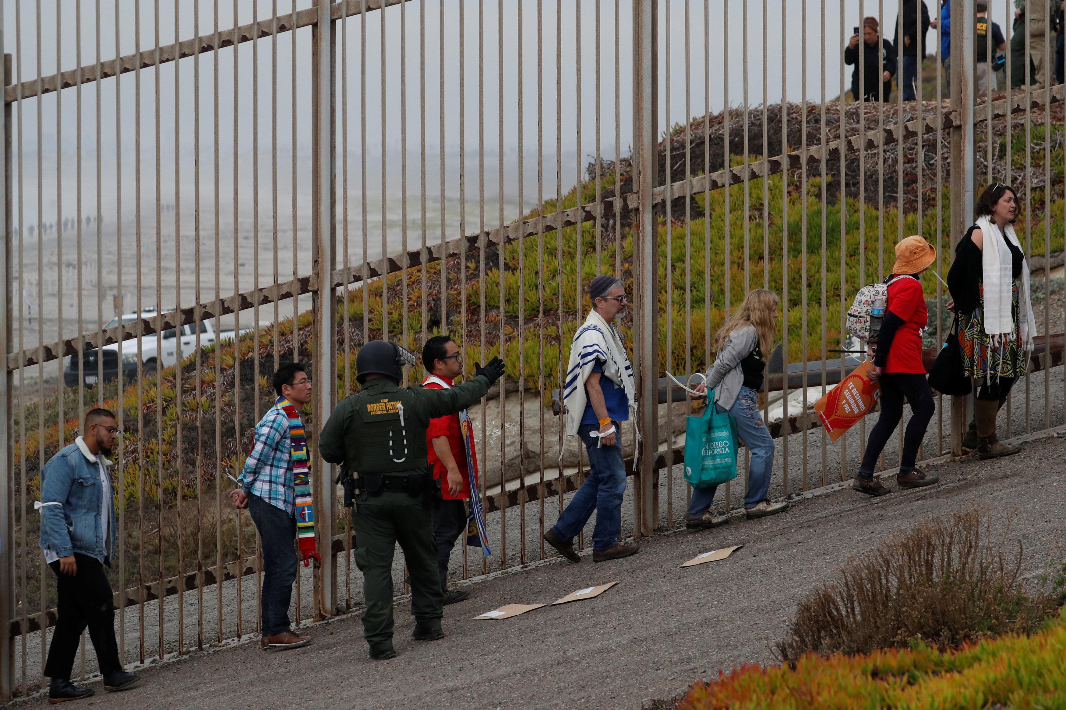اعتقال مهاجرين على الجانب الأمريكى من الحدود مع المكسيك  (10)