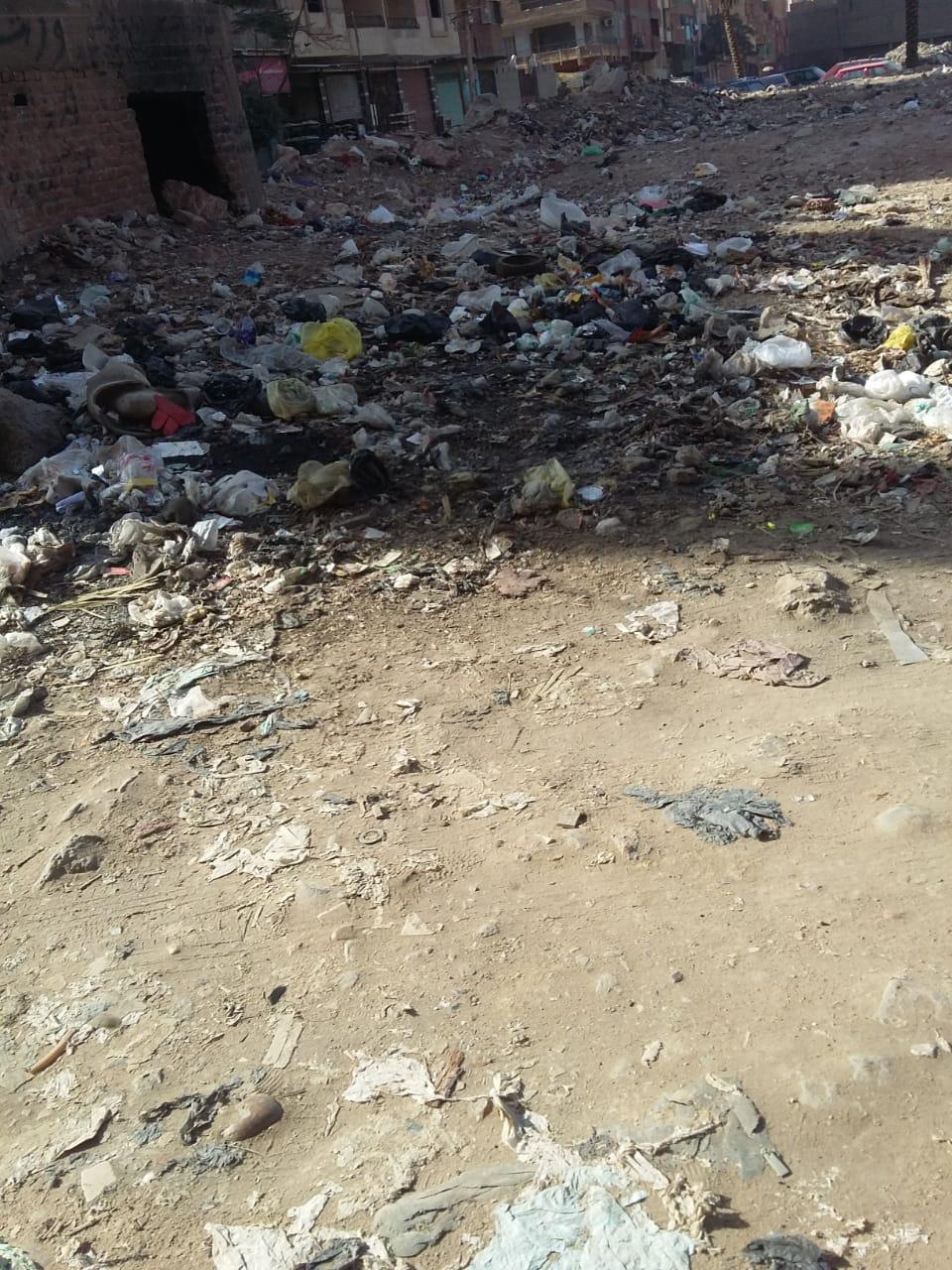 تراكم القمامة بمحيط بنزينة توتال دائرى المرج ينذر بكارثة   (2)