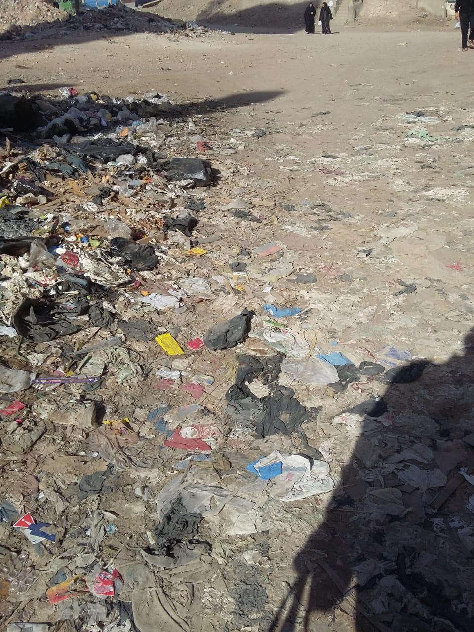 تراكم القمامة بمحيط بنزينة توتال دائرى المرج ينذر بكارثة   (3)