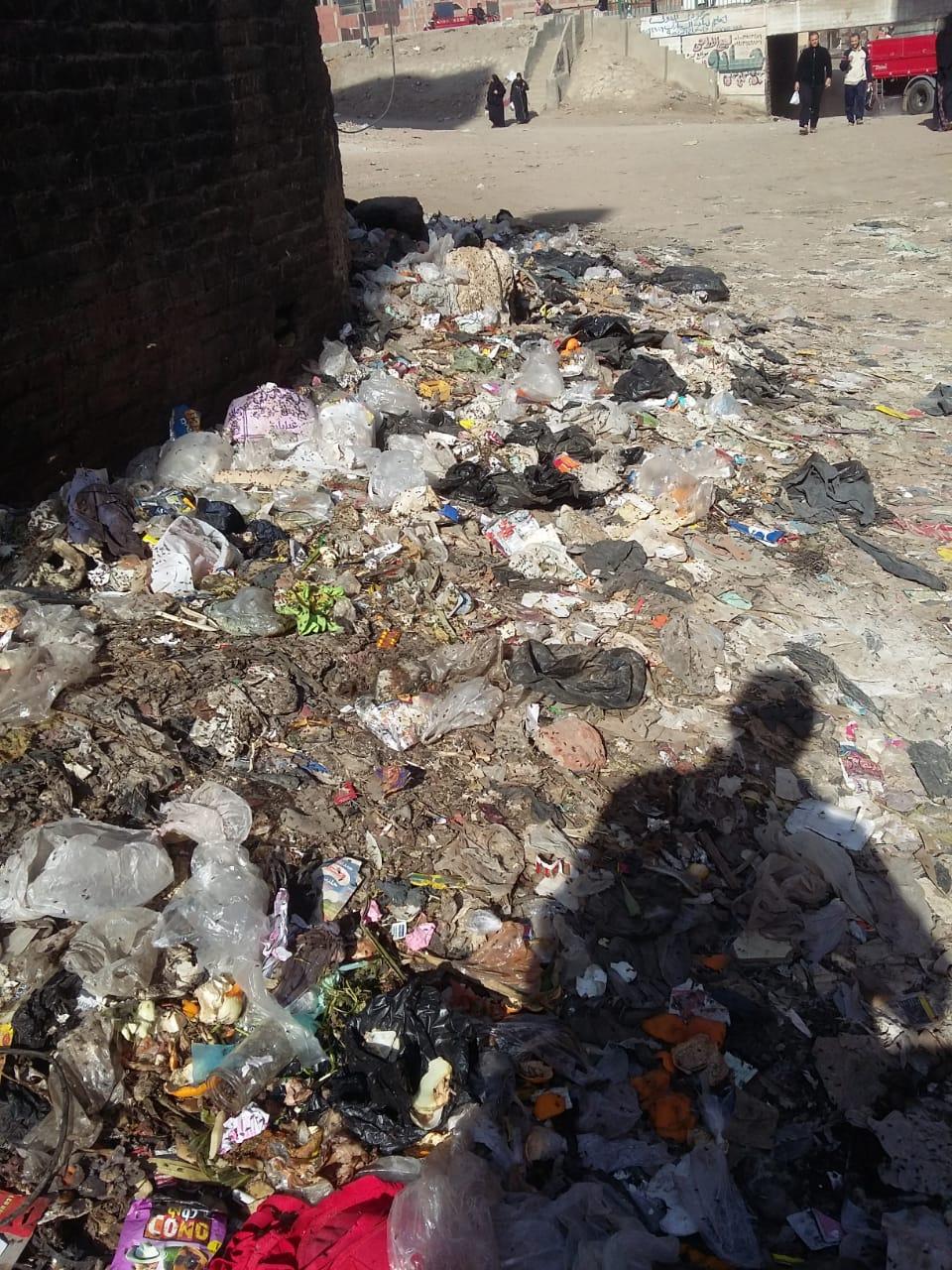تراكم القمامة بمحيط بنزينة توتال دائرى المرج ينذر بكارثة   (4)