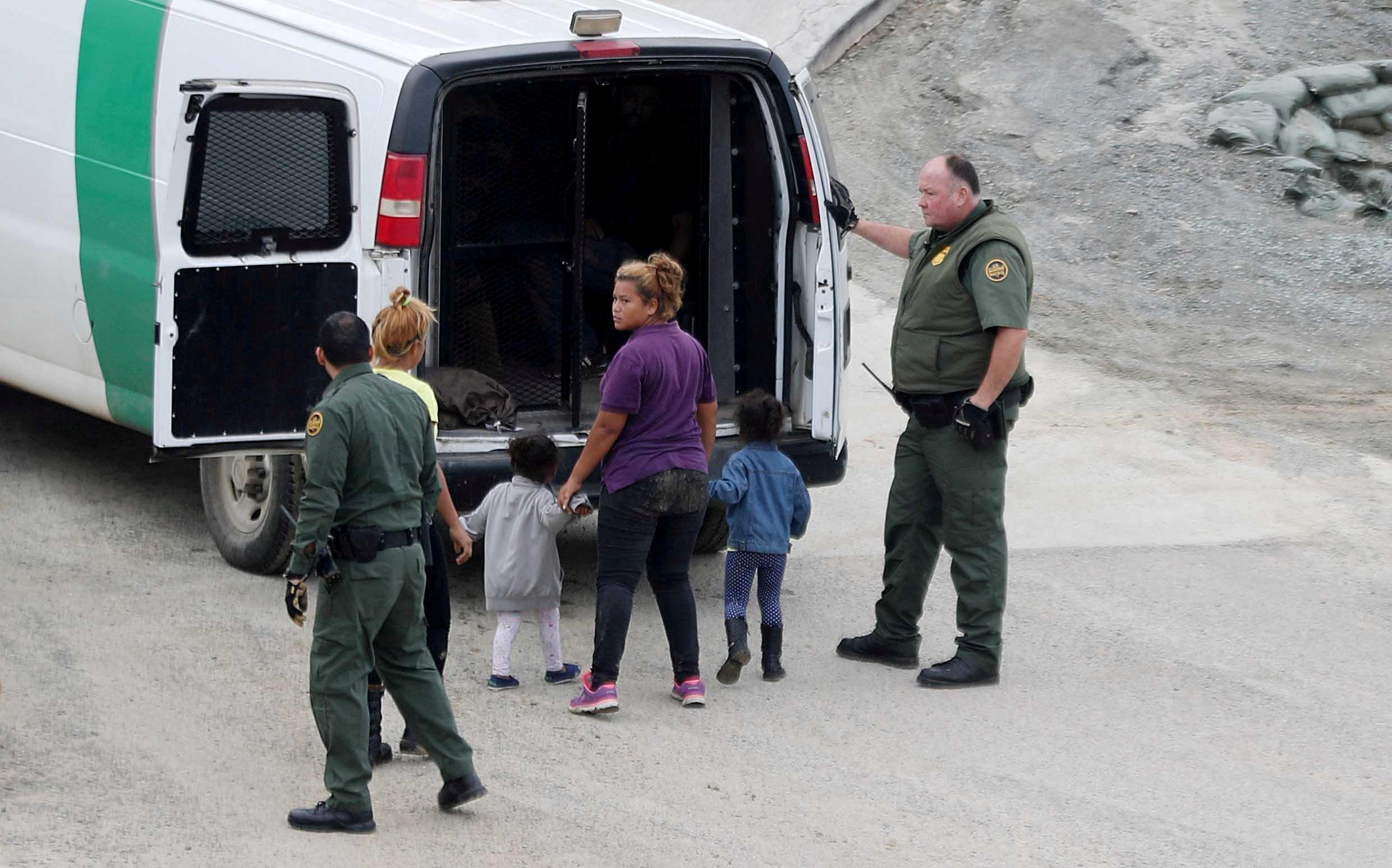اعتقال مهاجرين على الجانب الأمريكى من الحدود مع المكسيك  (1)