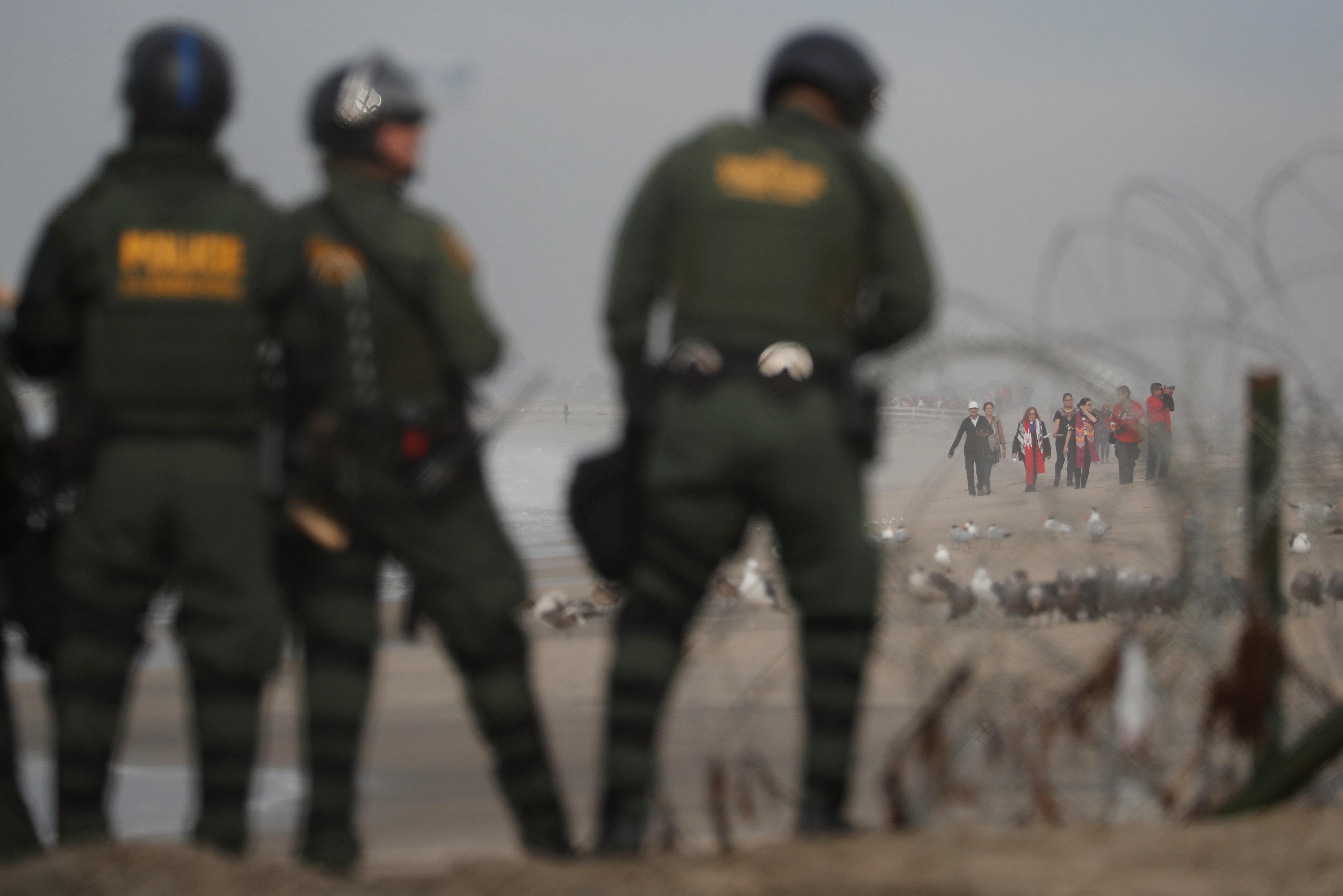 اعتقال مهاجرين على الجانب الأمريكى من الحدود مع المكسيك  (4)