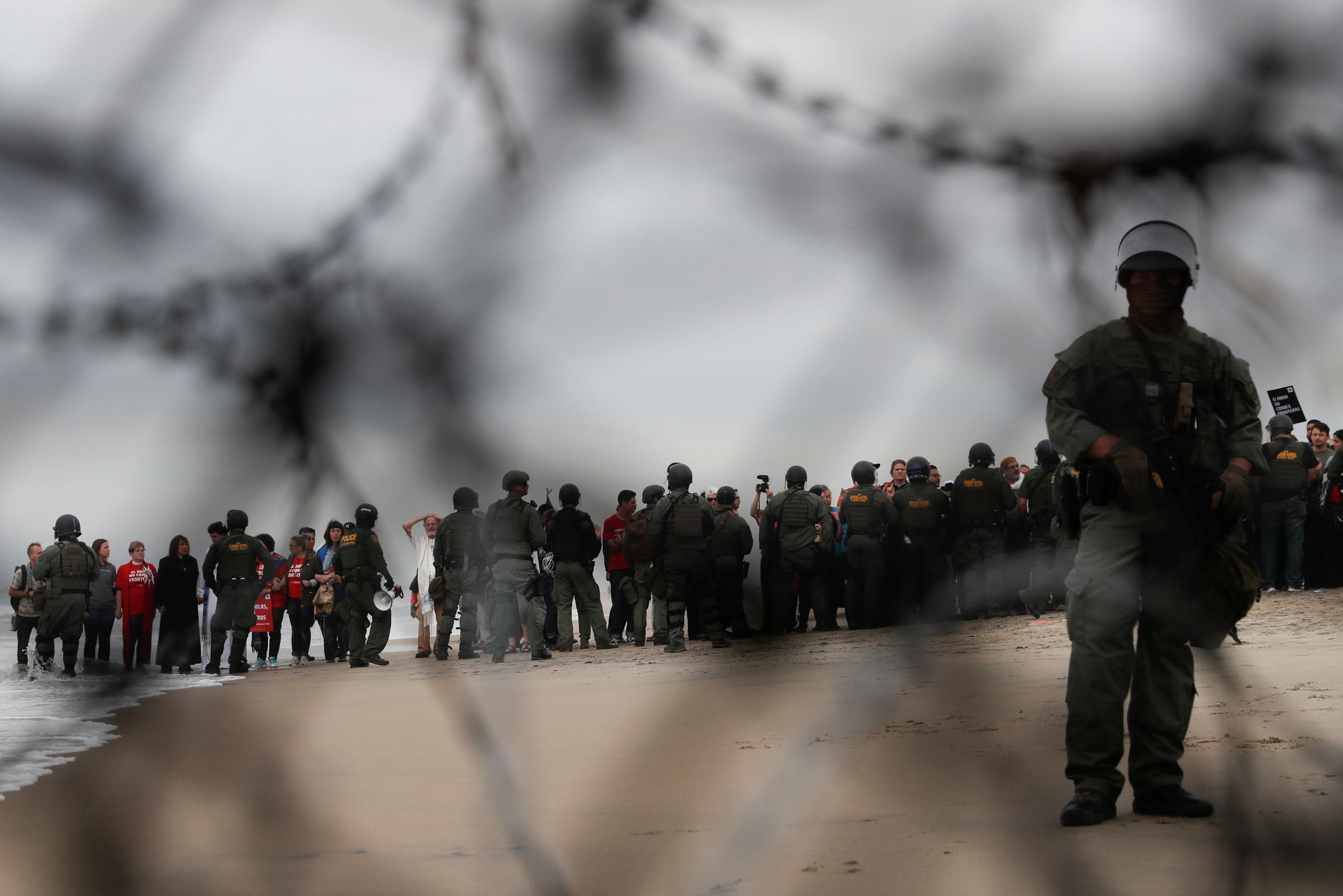 اعتقال مهاجرين على الجانب الأمريكى من الحدود مع المكسيك  (12)