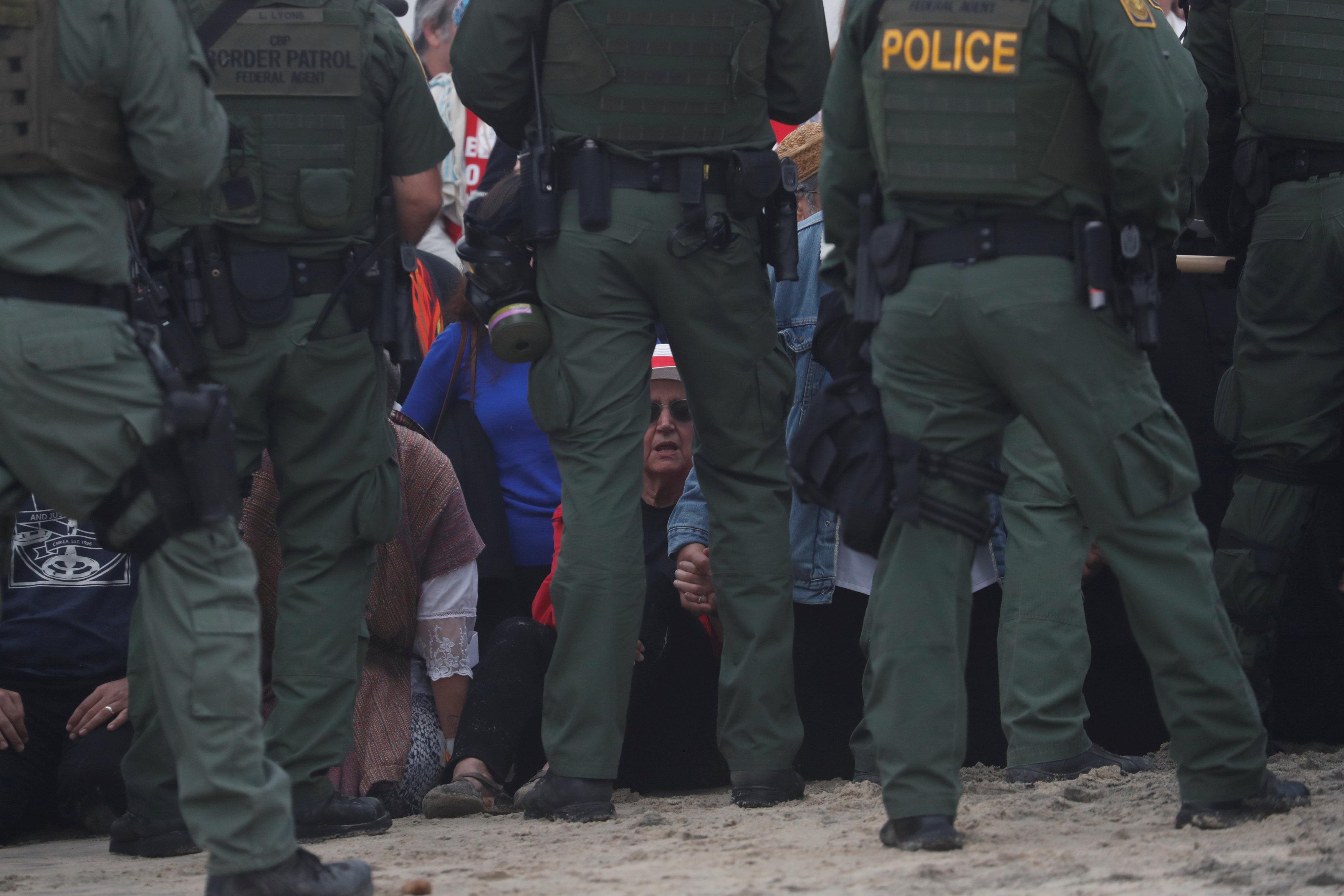 اعتقال مهاجرين على الجانب الأمريكى من الحدود مع المكسيك  (8)