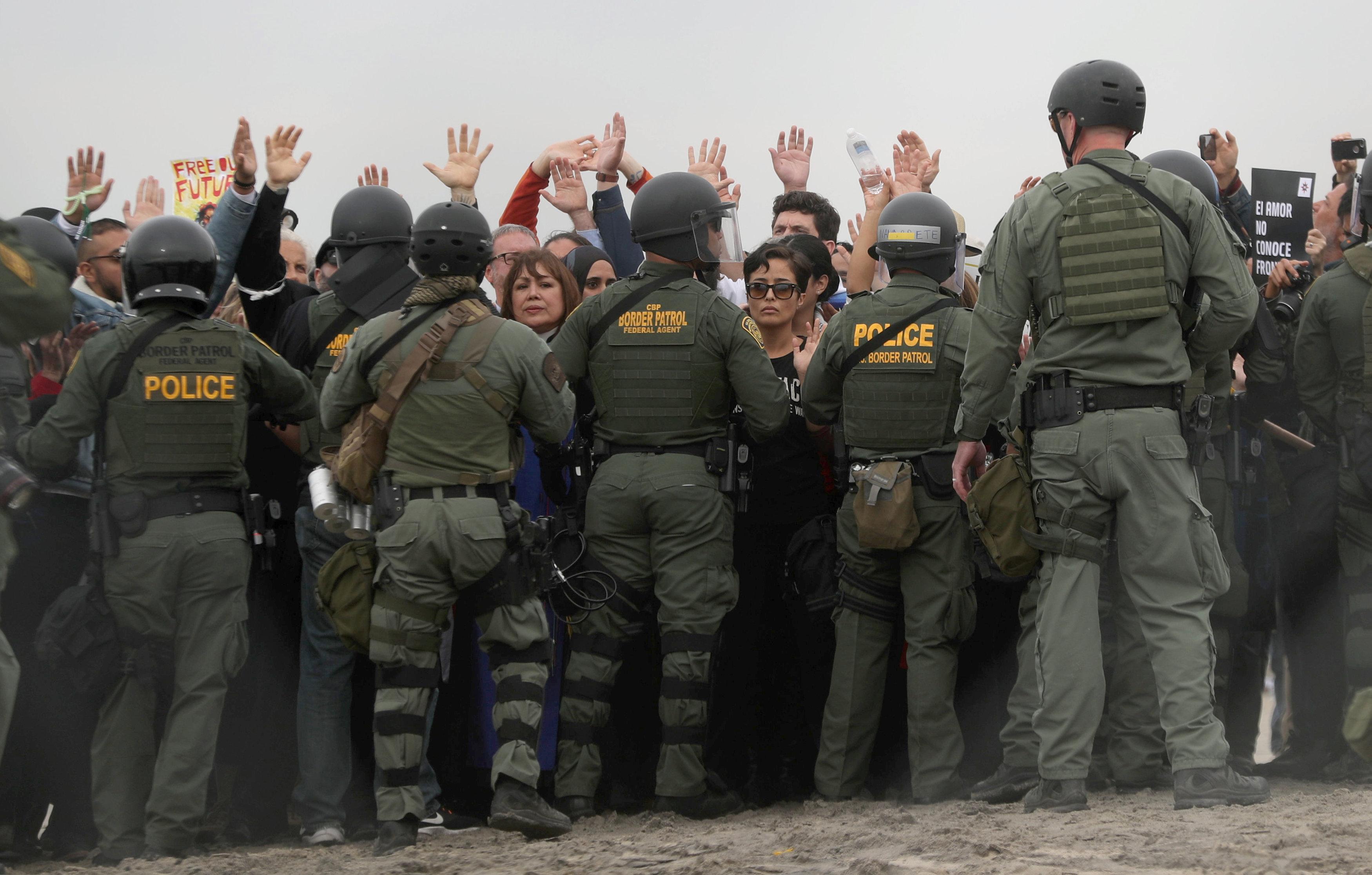 اعتقال مهاجرين على الجانب الأمريكى من الحدود مع المكسيك  (9)