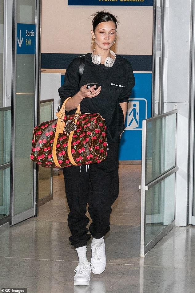 بيلا حديد بحقيبة لويس فيتون