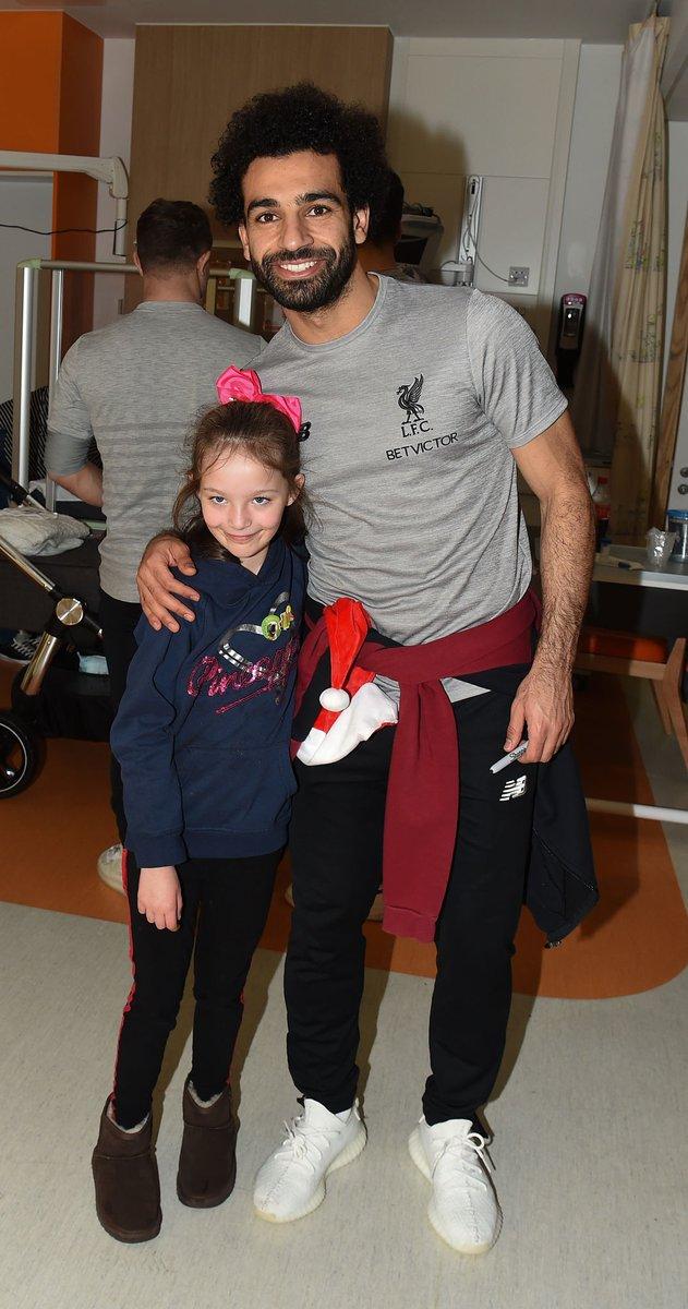 محمد صلاح يزور مستشفى الاطفال فى ليفربول مع نجوم الريدز